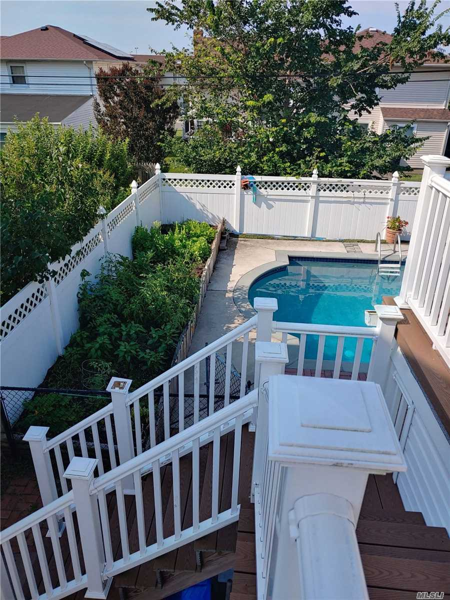 Residential For Sale in 224 Pennsylvania Avenue, Island Park, NY ,11558