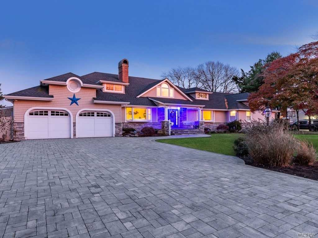 Residential For Sale in 233 Willetts Ln, West Islip, NY ,11795