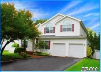 Residential For Sale in 1 Alyssa Ct, Holbrook, NY ,11741