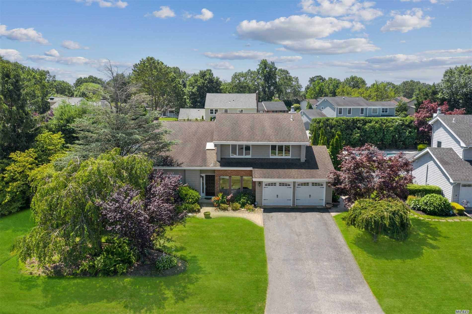 Residential For Sale in 17 Timber Ridge Dr, Commack, NY ,11725