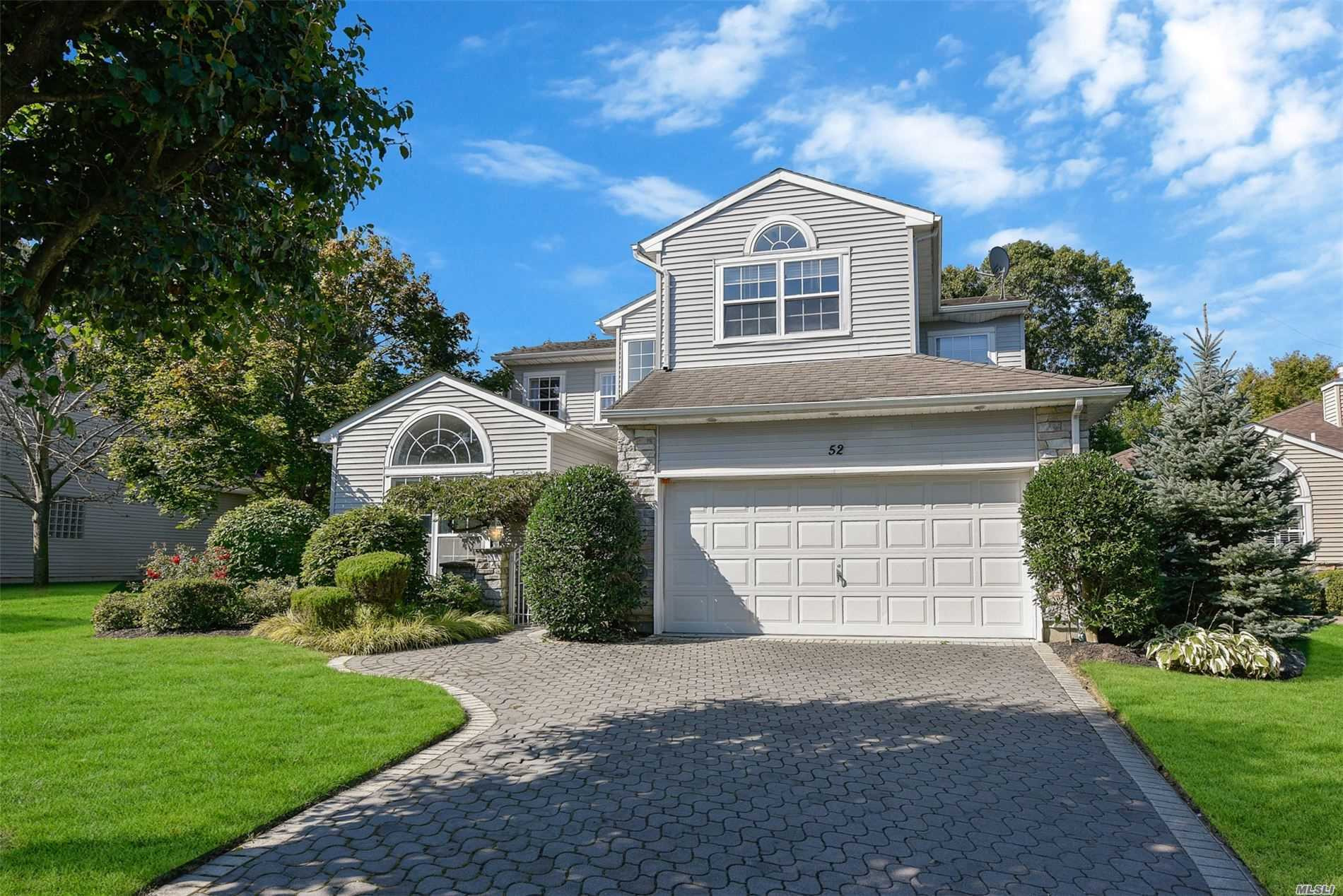 Residential For Sale in 52 Hamlet Dr, Hauppauge, NY ,11788