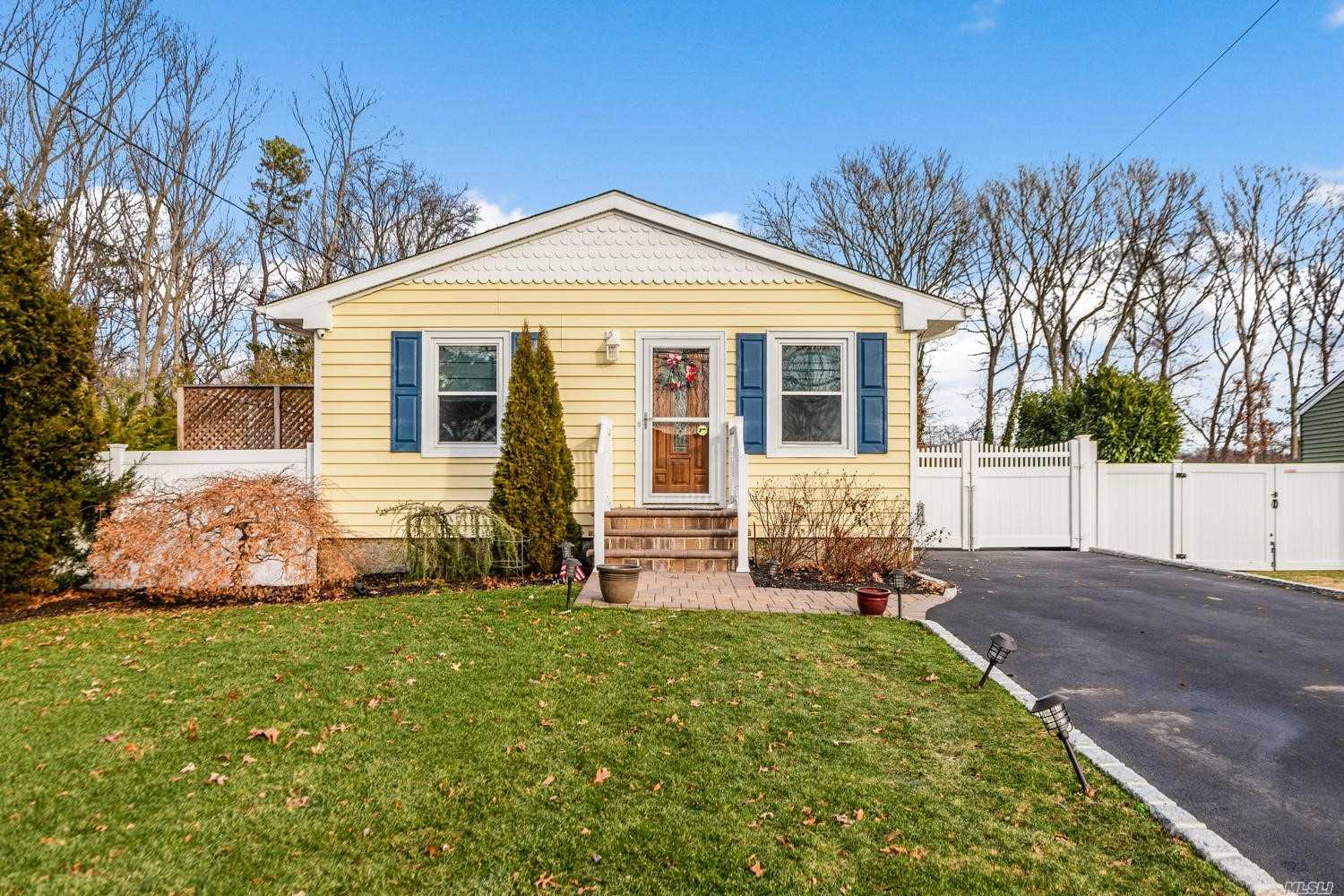 Residential For Sale in 23 Seusing Blvd, Lake Ronkonkoma, NY ,11779
