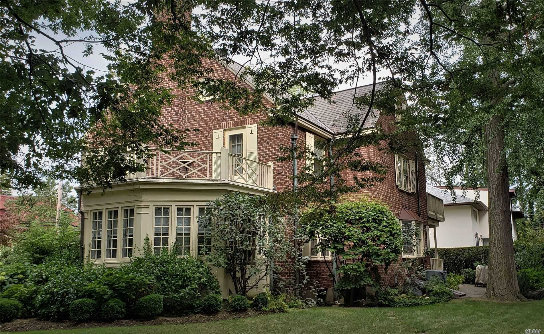 Residential For Sale in 104 Richmond Rd, Douglaston, NY ,11363