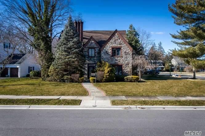 Residential For Sale in 36 Oakdale Road W, Rockville Centre, NY ,11570