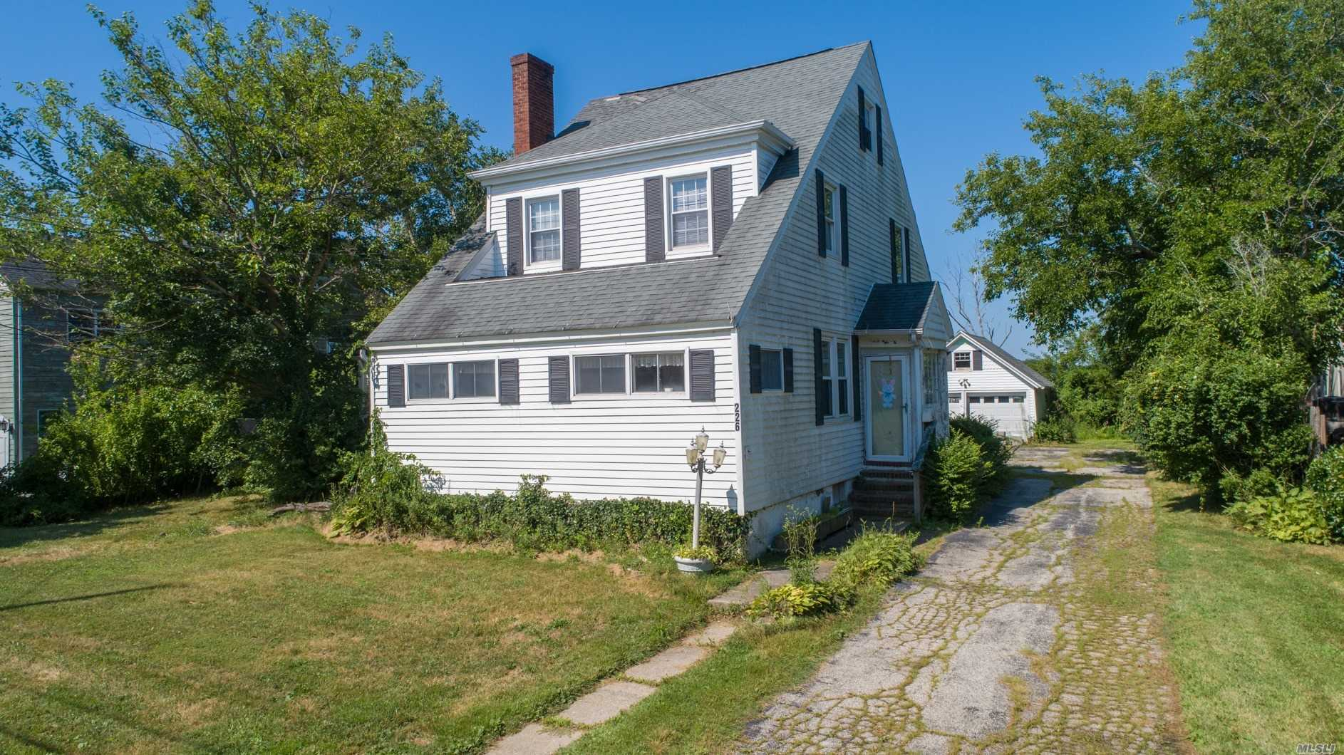 Residential For Sale in 226 Islip W Rd, West Islip, NY ,11795