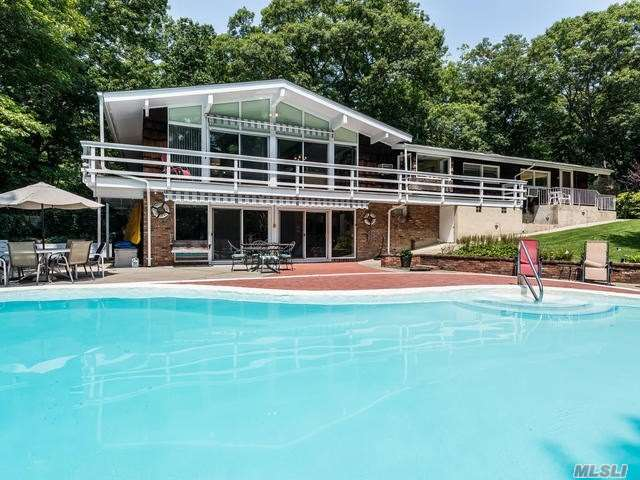 Residential For Sale in 271 Bridle Path Ln, Mill Neck, NY ,11765