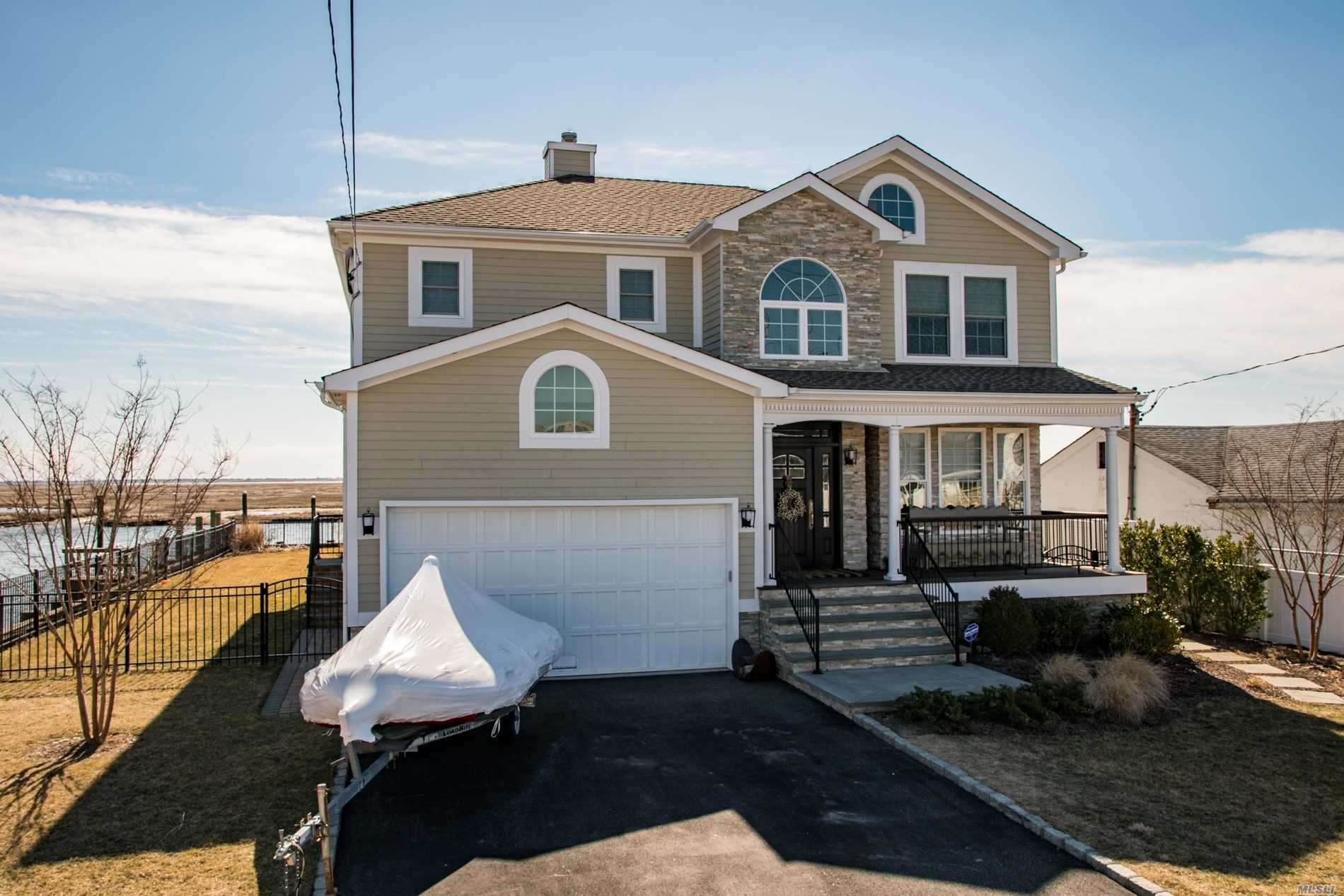 Residential For Sale in 3644 Ocean Ave, Seaford, NY ,11783