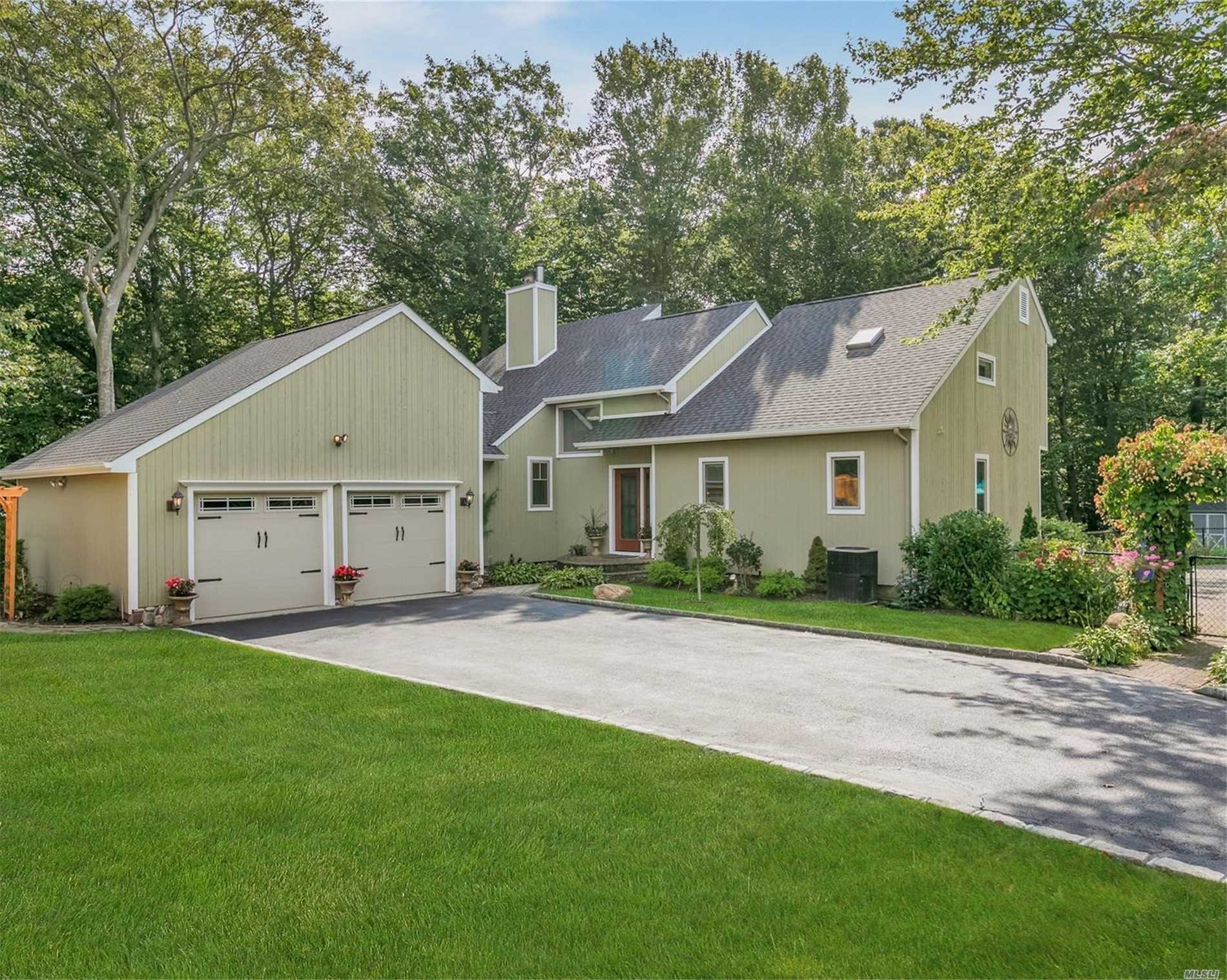 Residential For Sale in 22 Silver Beech Ln, Baiting Hollow, NY ,11933