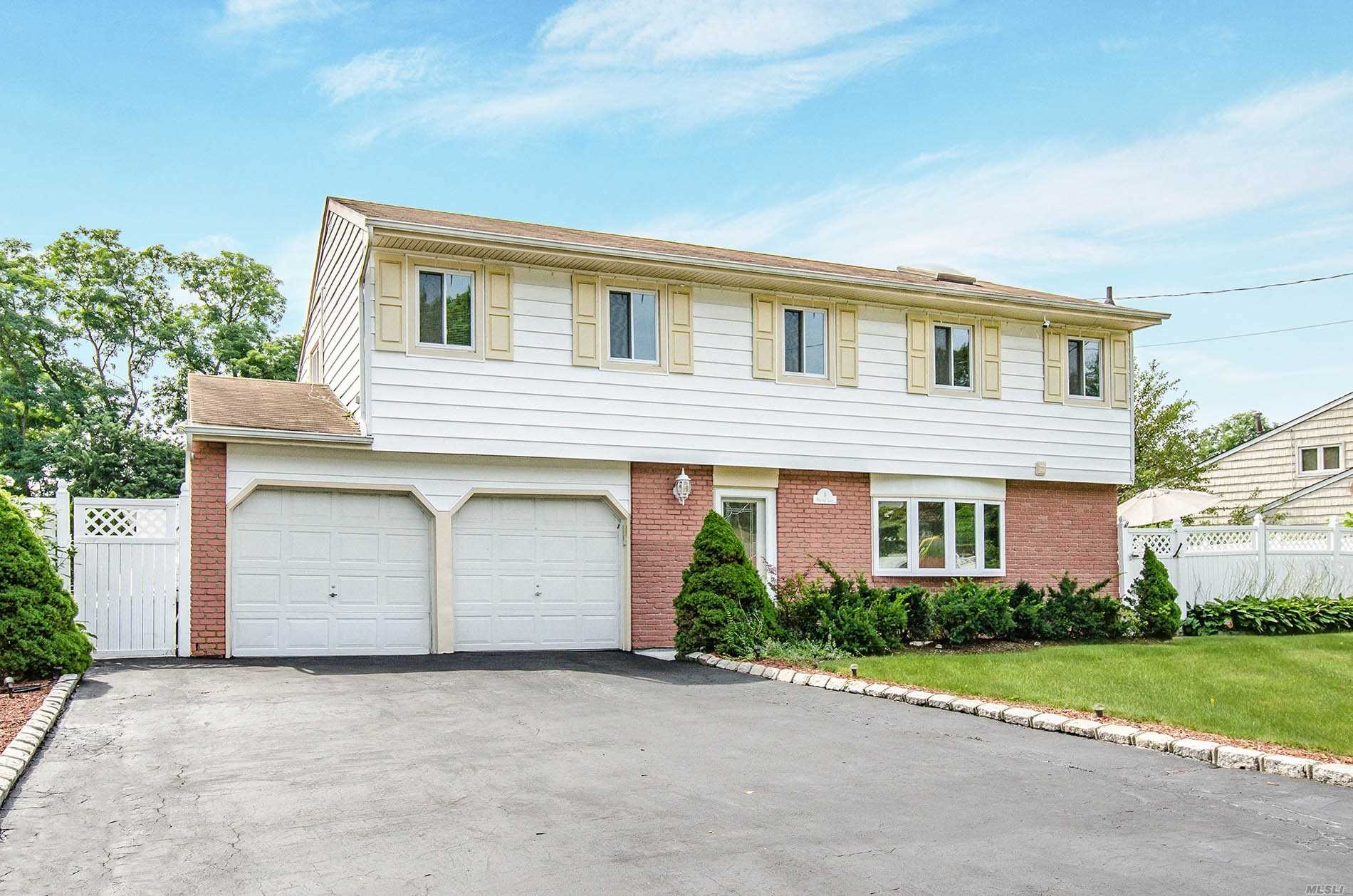 Residential For Sale in 8 Heritage Ln, Wheatley Heights, NY ,11798