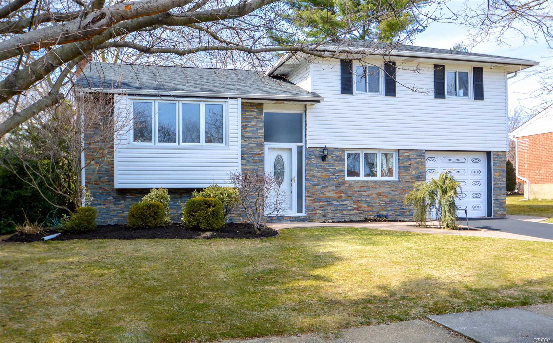 Residential For Sale in 3 John Dr, Old Bethpage, NY ,11804