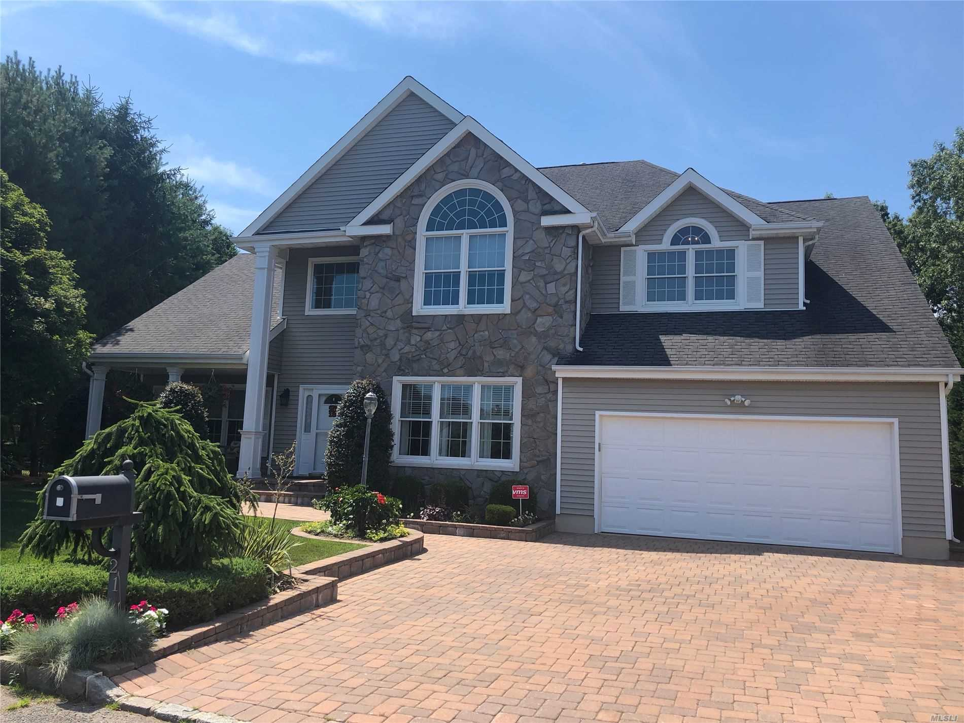 Residential For Sale in 21 Clover Meadow Ct, Holtsville, NY ,11742