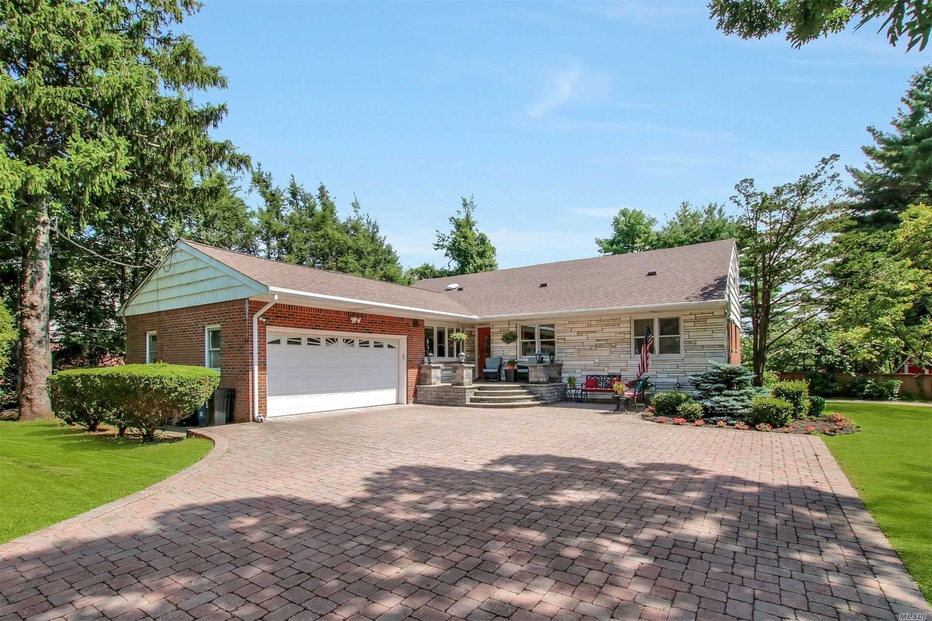 Residential For Sale in 34 Washington Blvd, Commack, NY ,11725