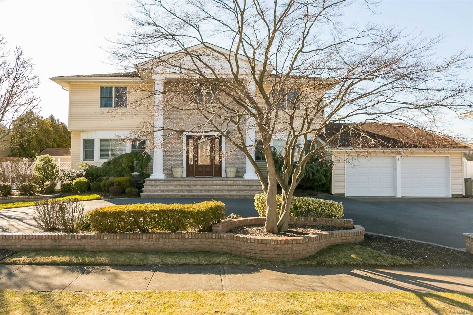 Residential For Sale in 6 Andrews Drive, Massapequa Park, NY ,11762