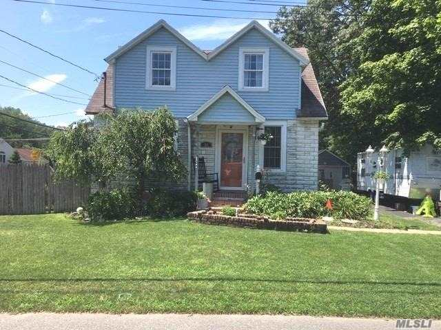 Residential For Sale in 28 Milton St, Islip, NY ,11751