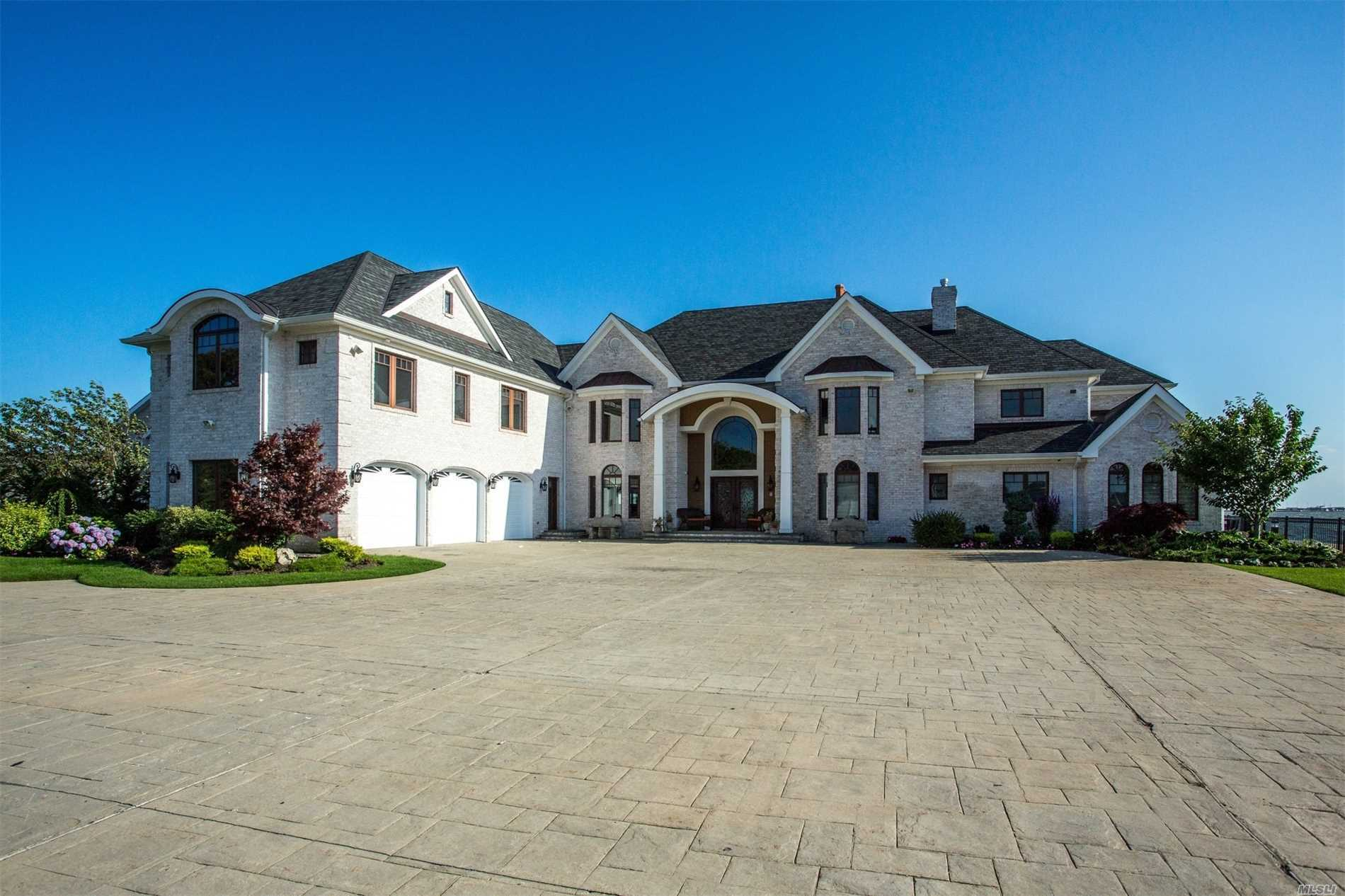 Residential For Sale in 130 Wagstaff Ln, West Islip, NY ,11795