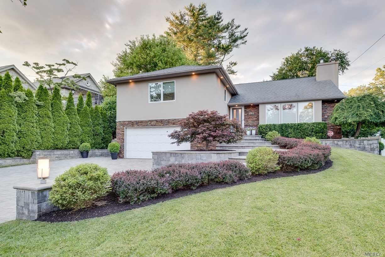 Residential For Sale in 5 Jeffrey Pl, Manhasset Hills, NY ,11040