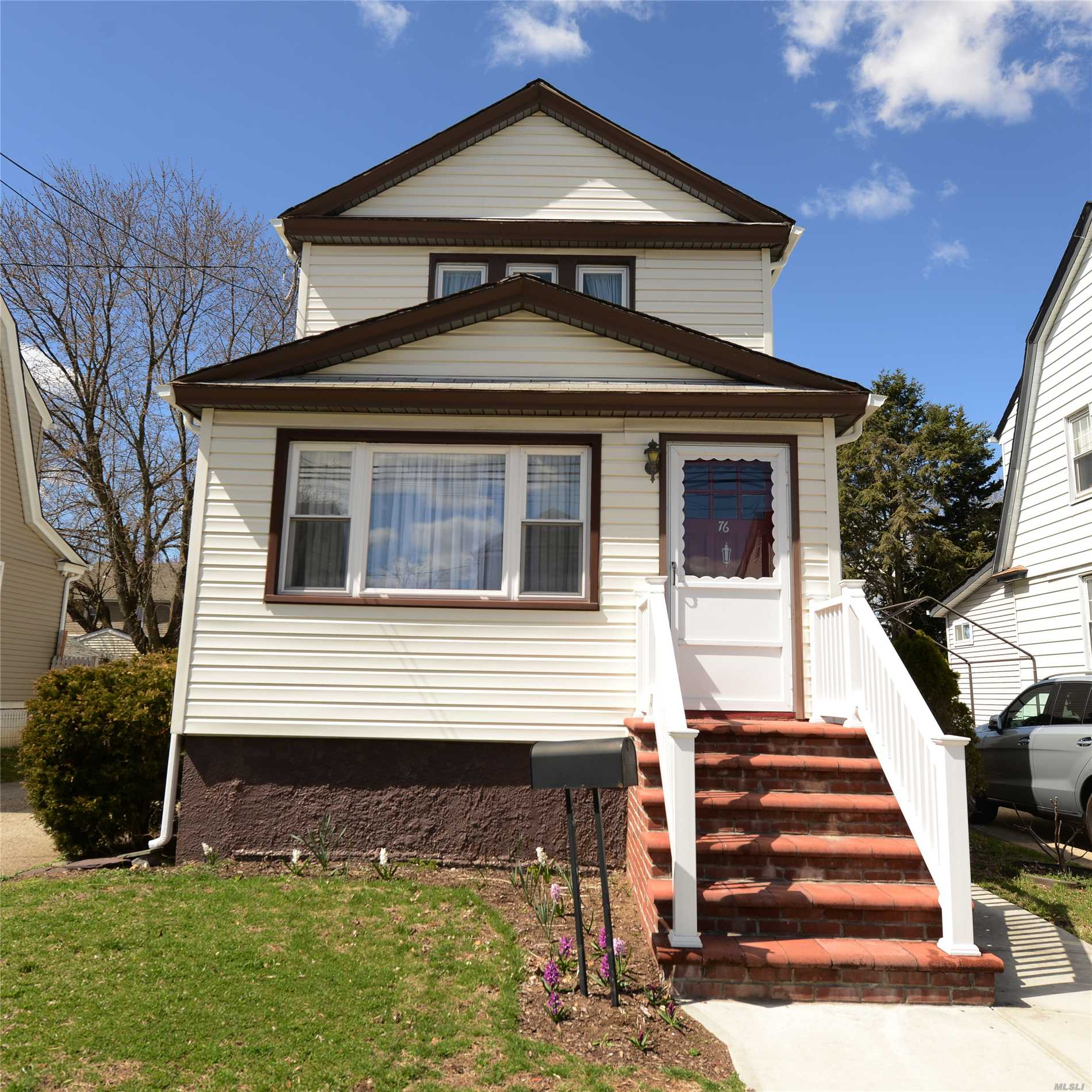Residential For Sale in 76 Cambridge St, Valley Stream, NY ,11581