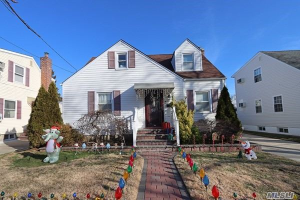 Residential For Sale in 117 Collins Ave, Williston Park, NY ,11596