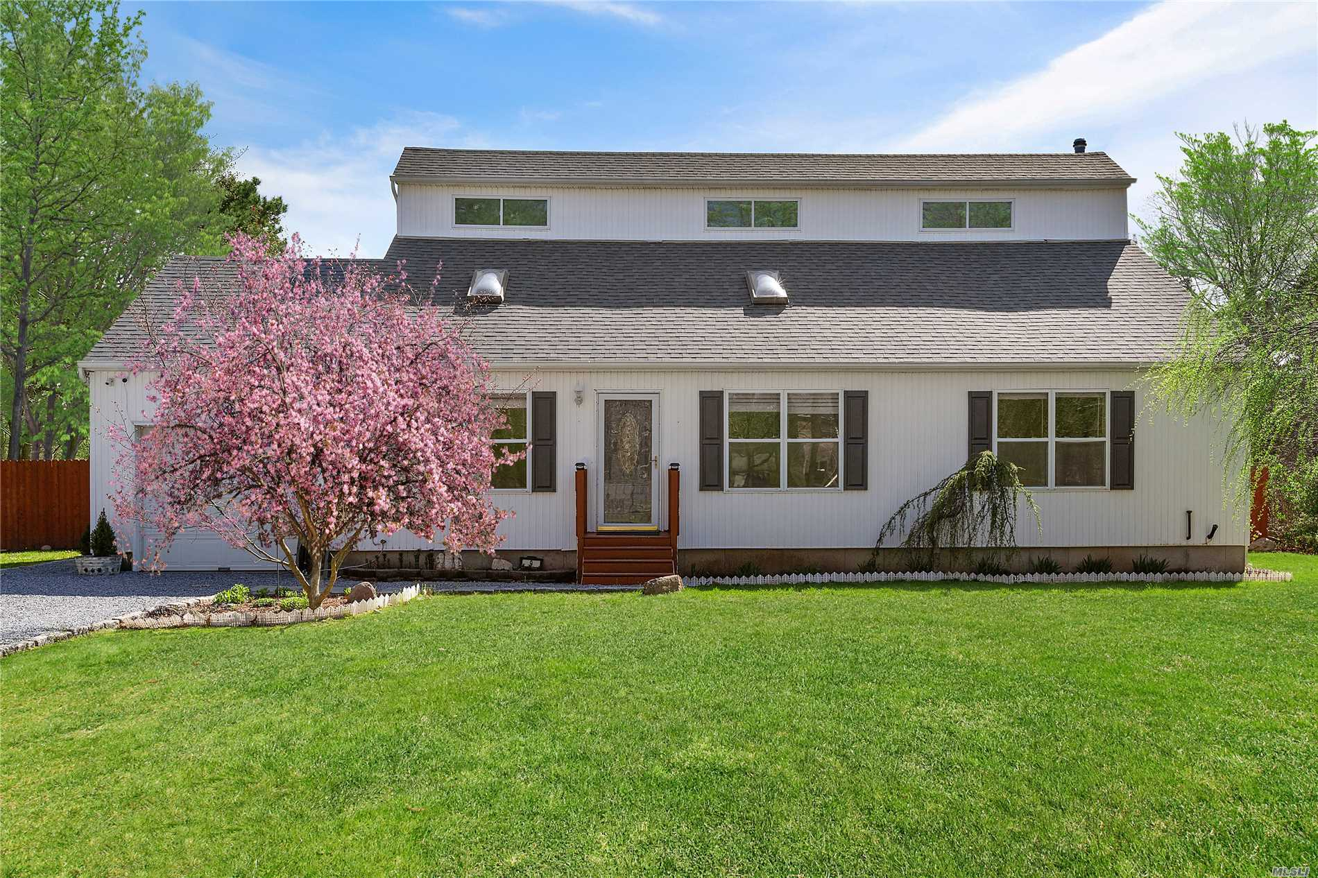 Residential For Sale in 9 Leslie Ct, Speonk, NY ,11972