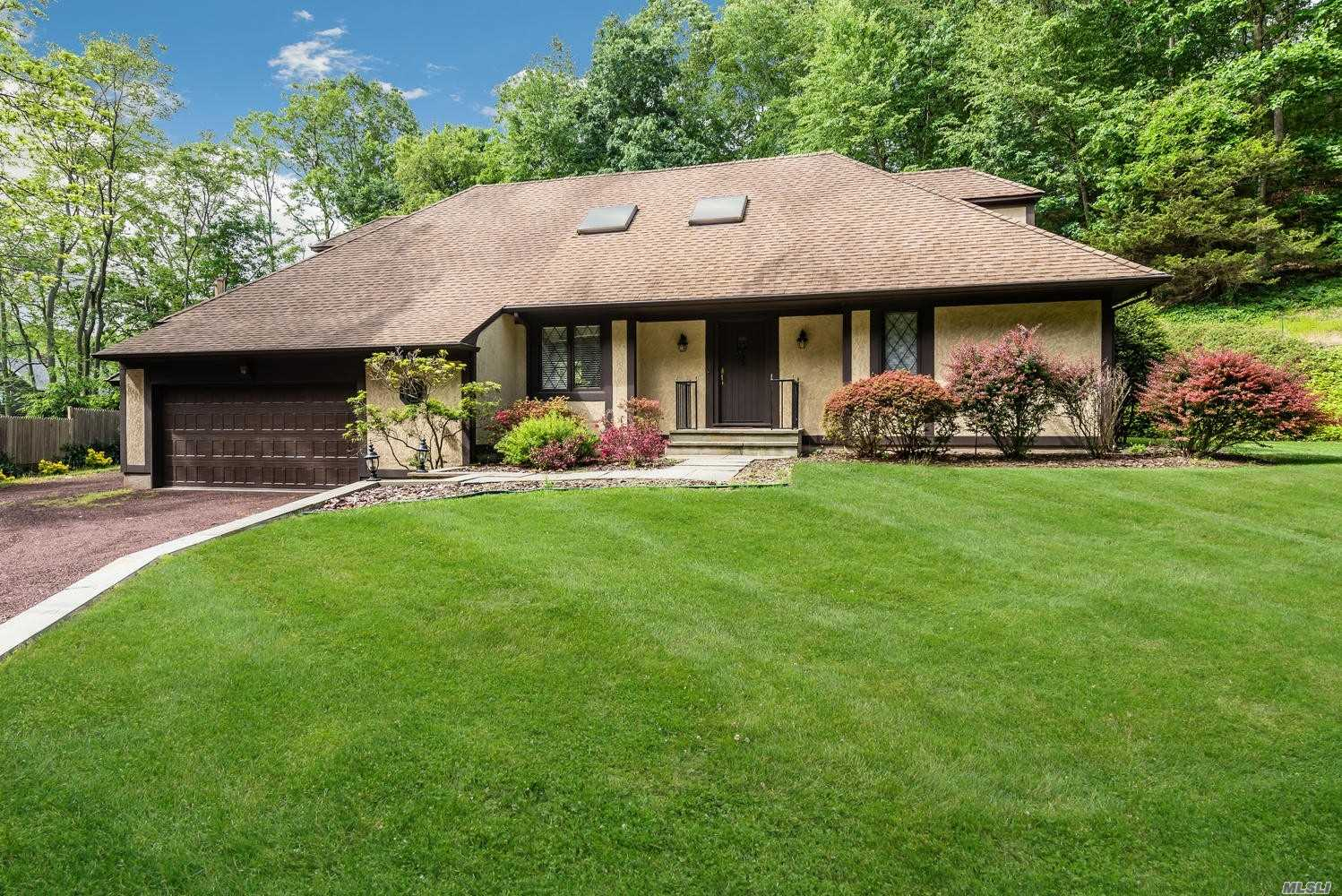 Residential For Sale in 242 Cleft Rd, Mill Neck, NY ,11765