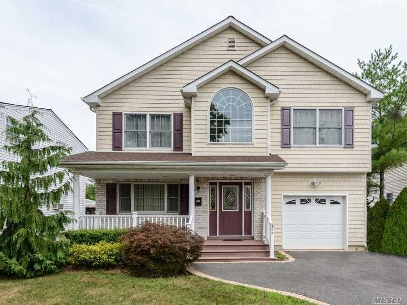 Residential For Sale in 321 Mallard Rd, Carle Place, NY ,11514
