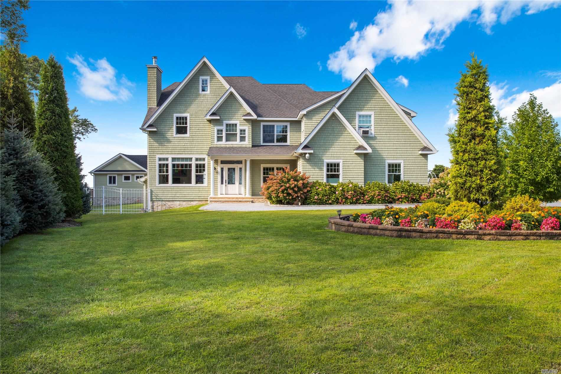 Residential For Sale in 34 Waterview Ct, Riverhead, NY ,11901