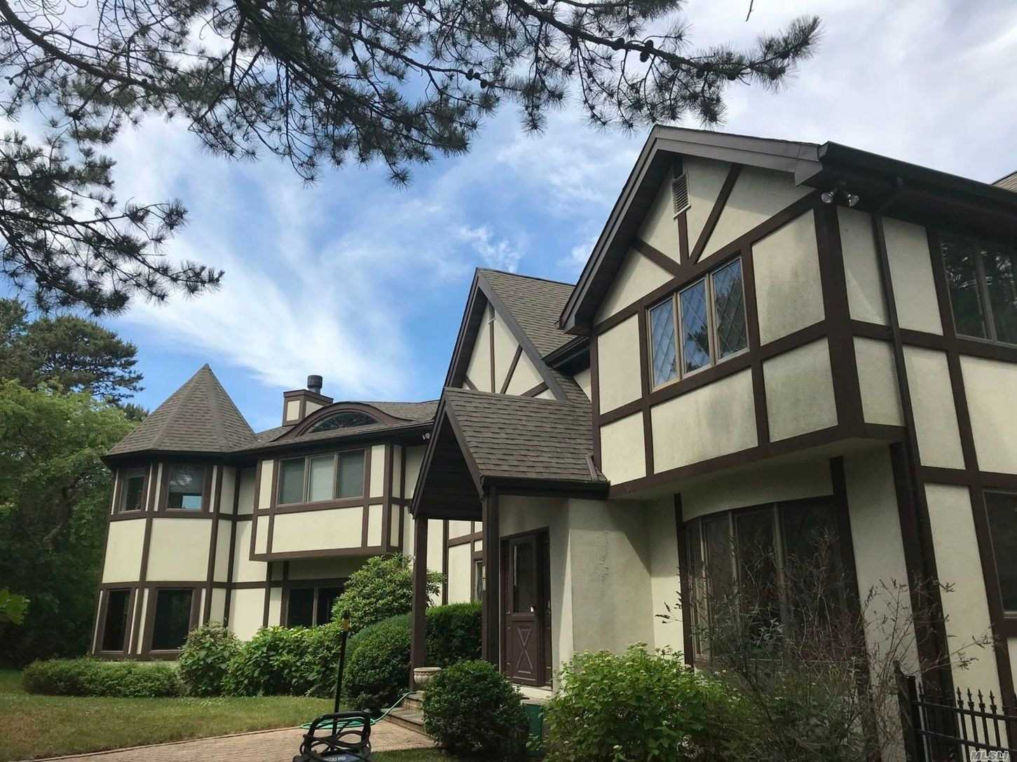 Residential For Sale in 41 Greenfield Rd, Southampton, NY ,11968