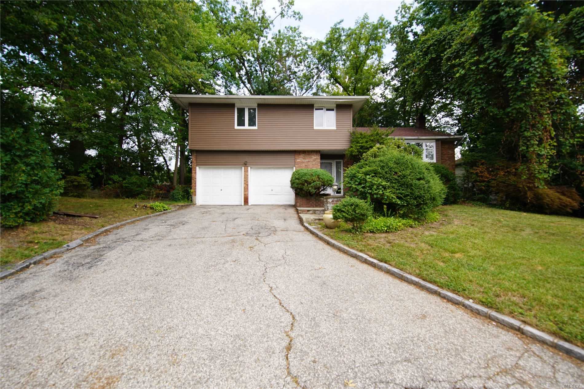 Residential For Sale in 12 Piper Dr, Searingtown, NY ,11507