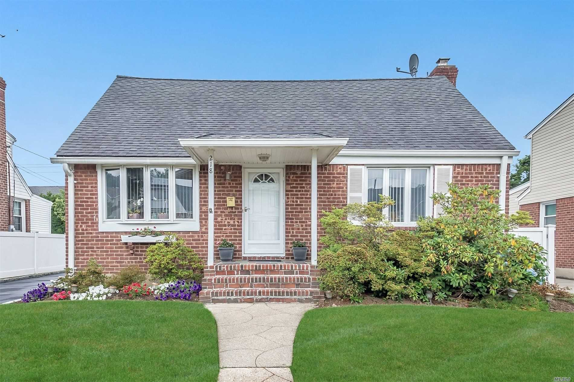 Residential For Sale in 218 Colonial Ave, Williston Park, NY ,11596