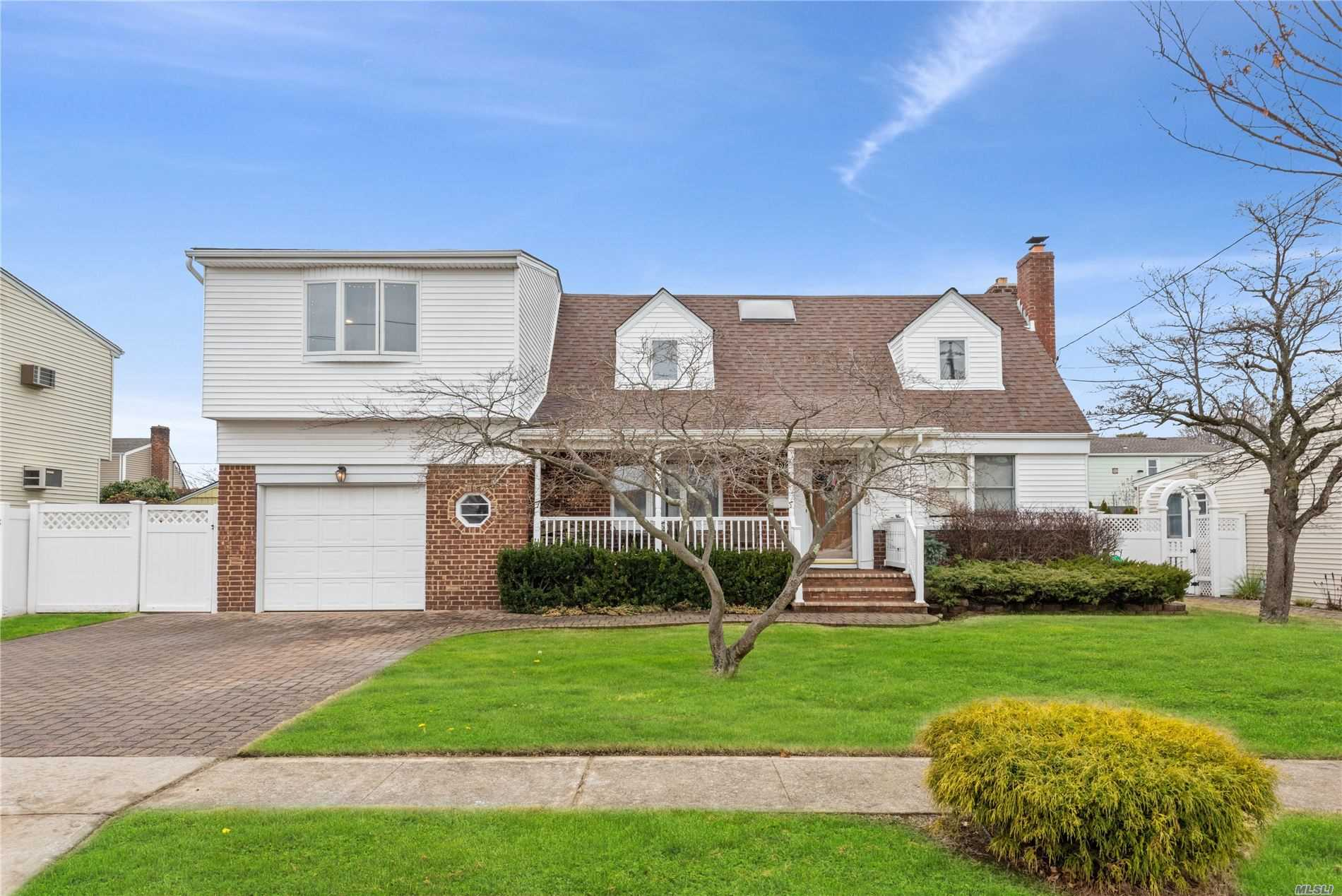 Residential For Sale in 198 Guildford Ct, W. Hempstead, NY ,11552