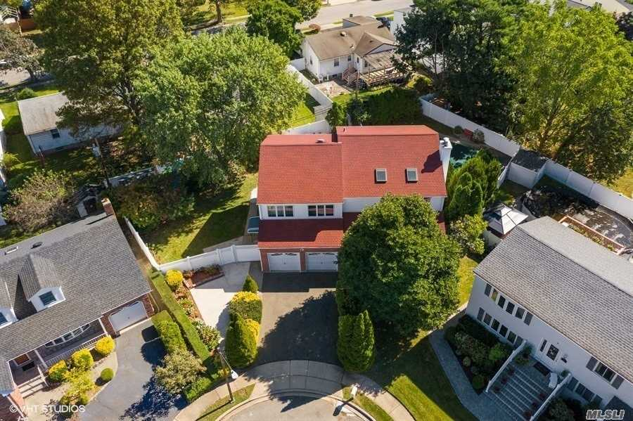 Residential For Sale in 6 Gem Ct, Hicksville, NY ,11801