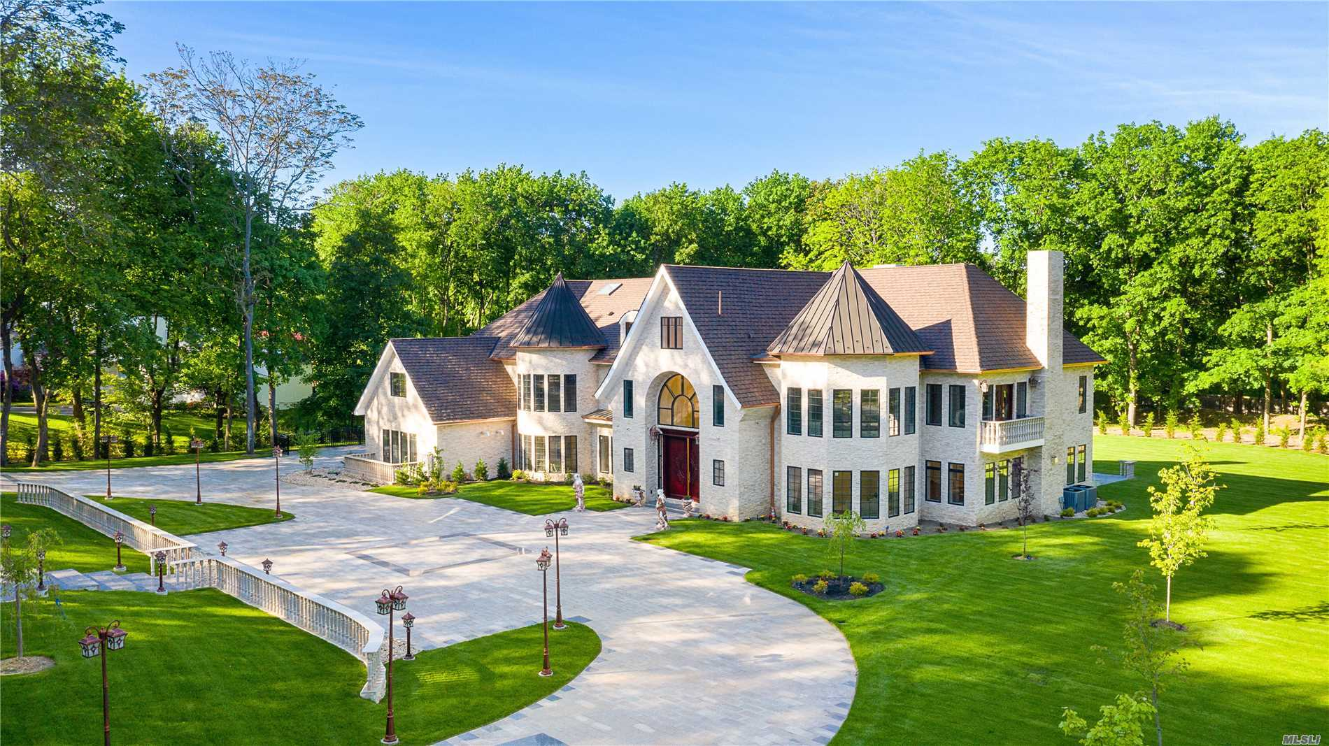 Residential For Sale in 2 Brook Ln, Brookville, NY ,11545