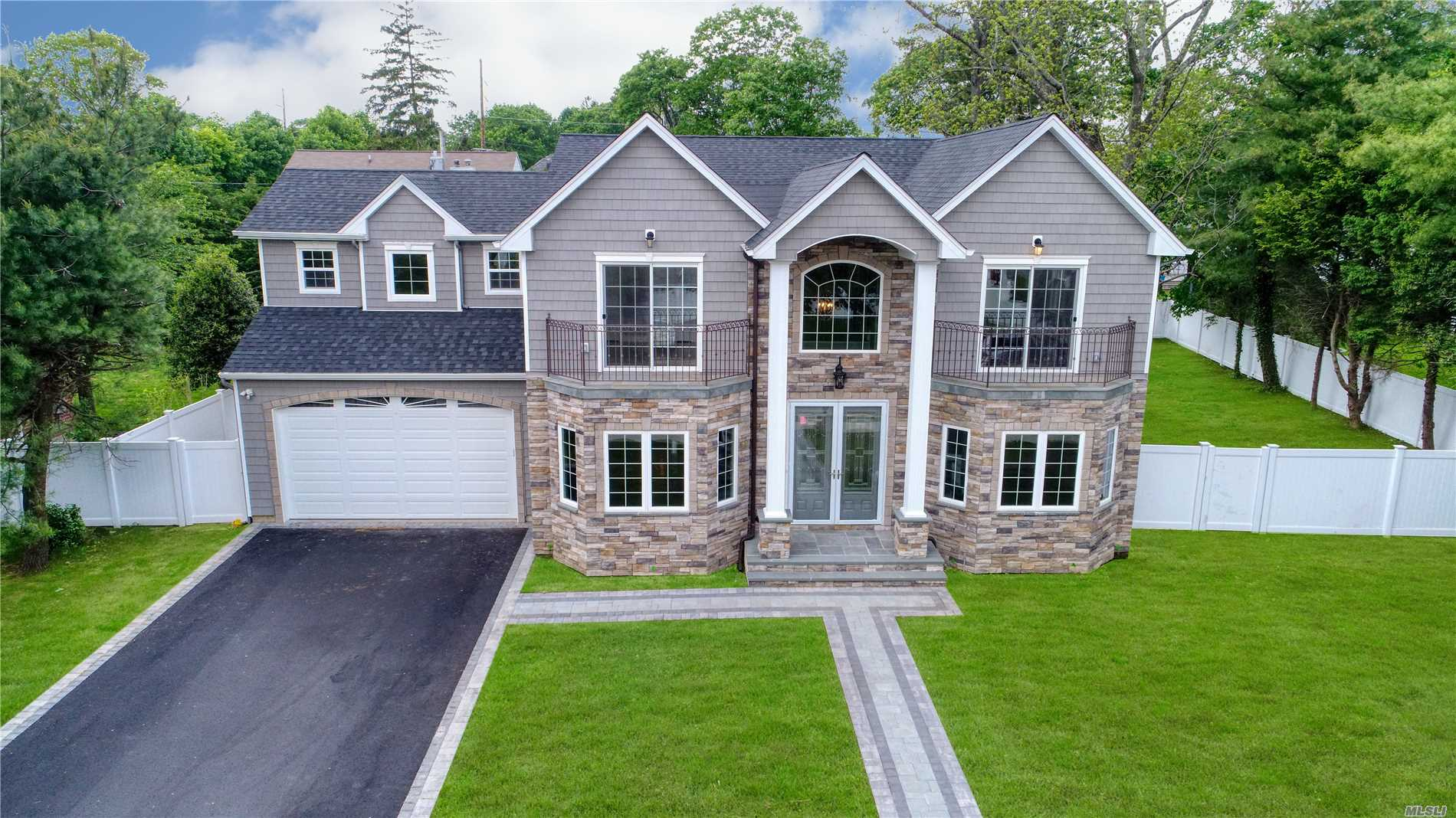 Residential For Sale in 43 Narcissus Dr, Syosset, NY ,11791