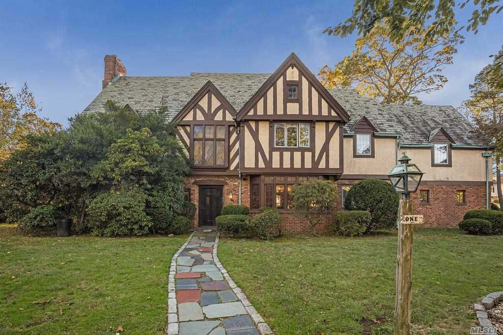 Residential For Sale in 1 Waverly Pl, Lawrence, NY ,11559