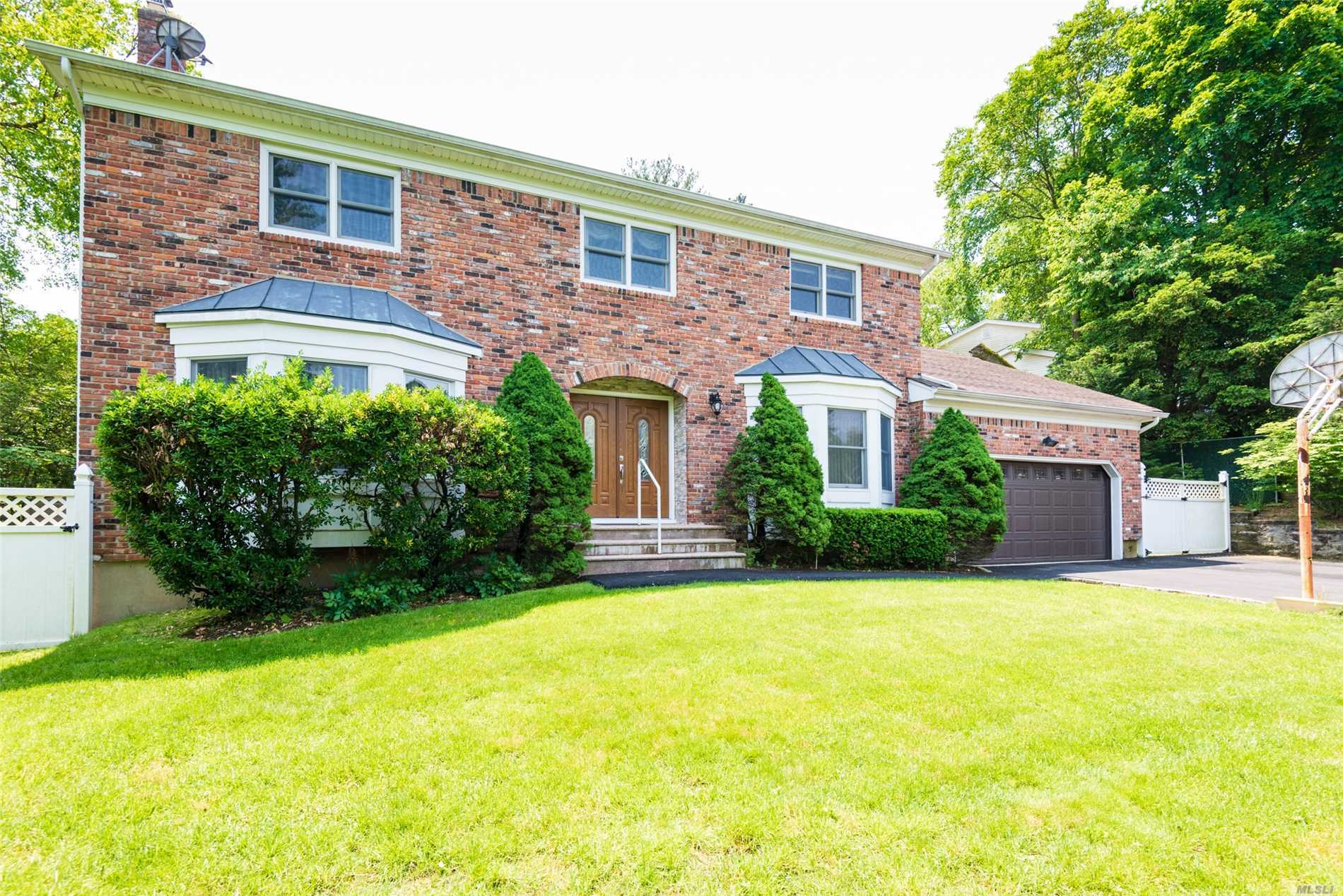 Residential For Sale in 9 Roscoe Ct, Old Brookville, NY ,11545
