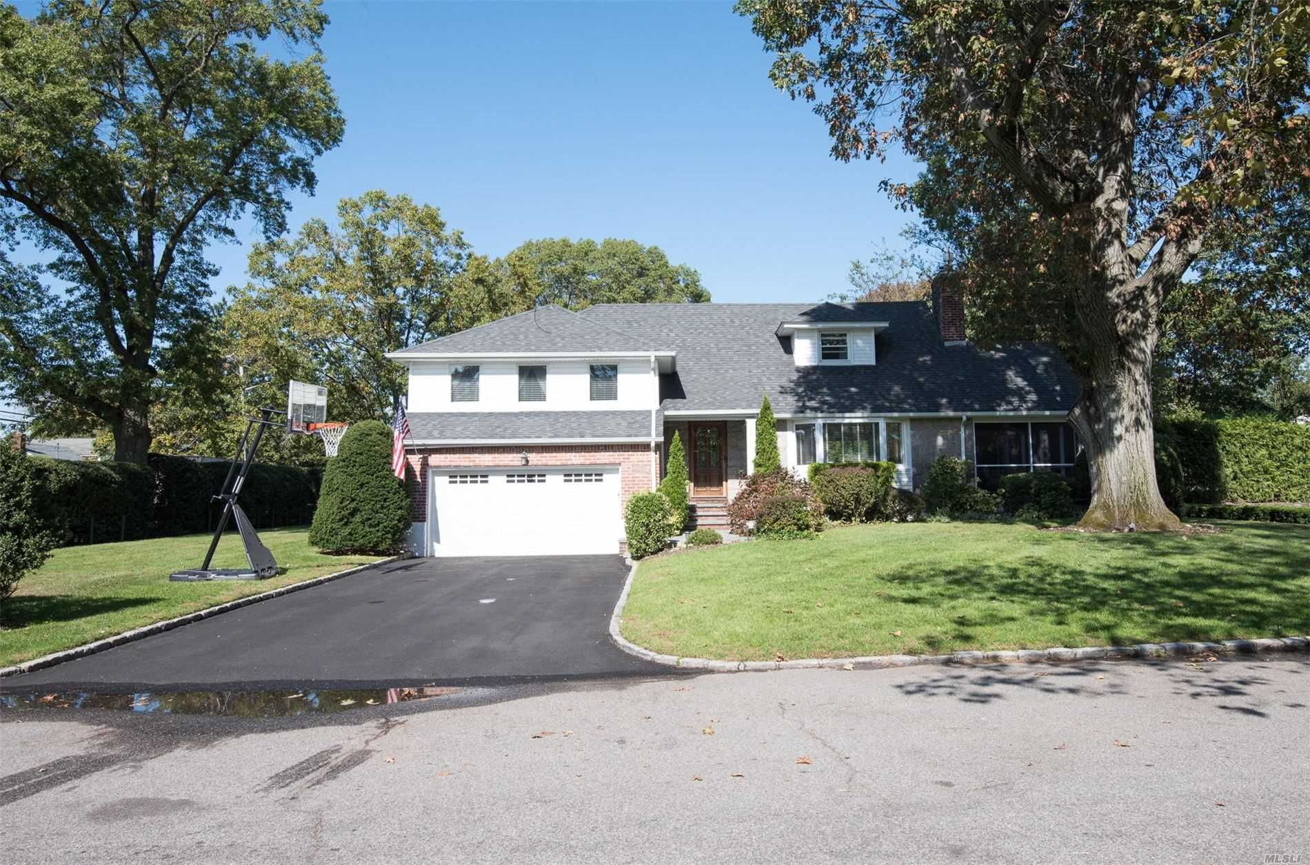 Residential For Sale in 1 Coleman Dr, E. Williston, NY ,11596