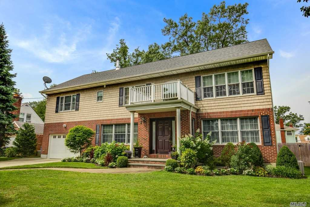 Residential For Sale in 3 Basile Ct, Woodmere, NY ,11598