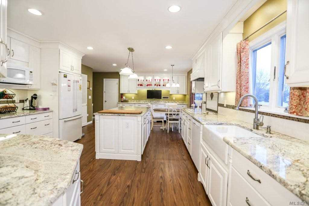 Residential For Sale in 9 Terry Pl, Aquebogue, NY ,11931