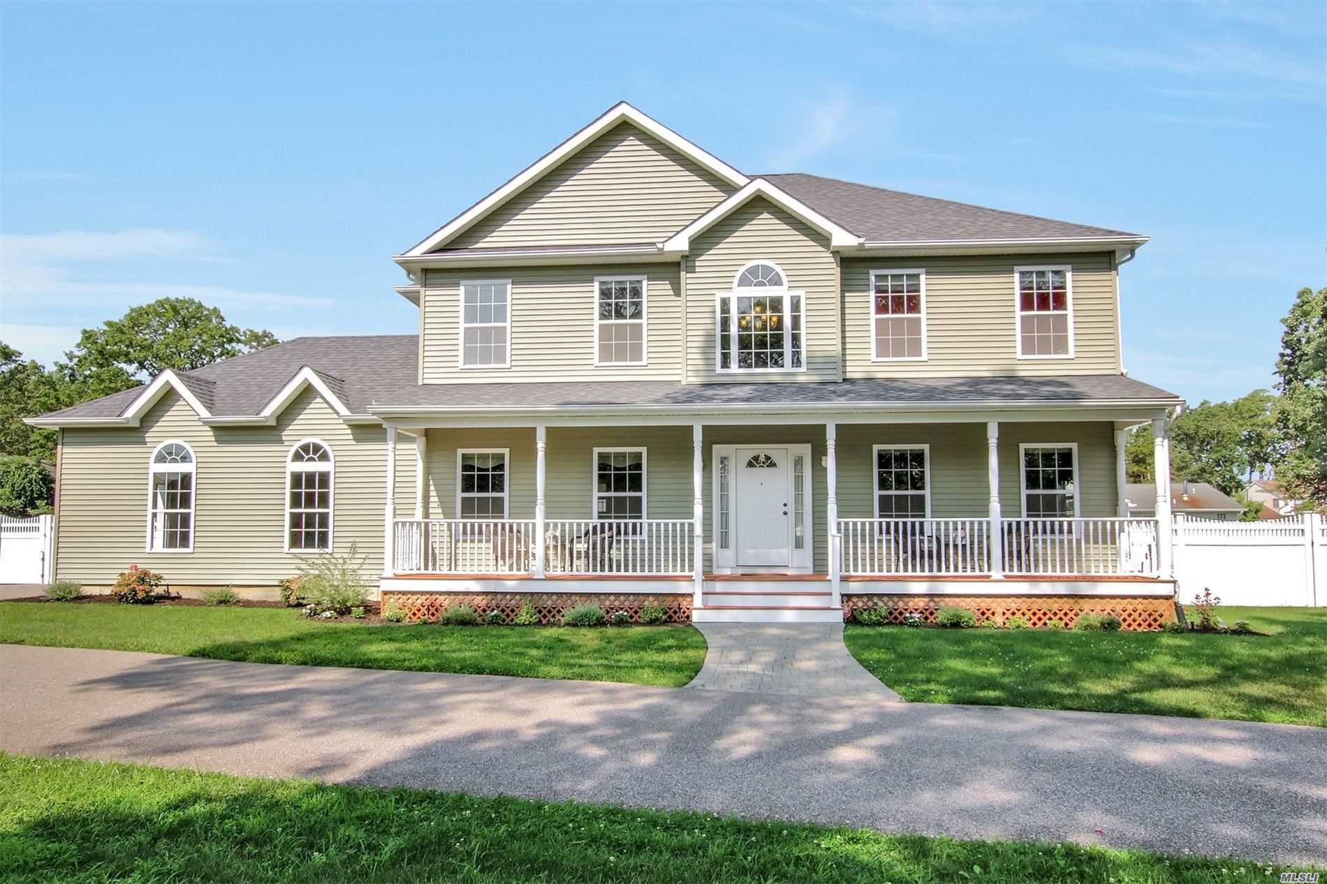 Residential For Sale in 4 Southern Way, Holtsville, NY ,11742