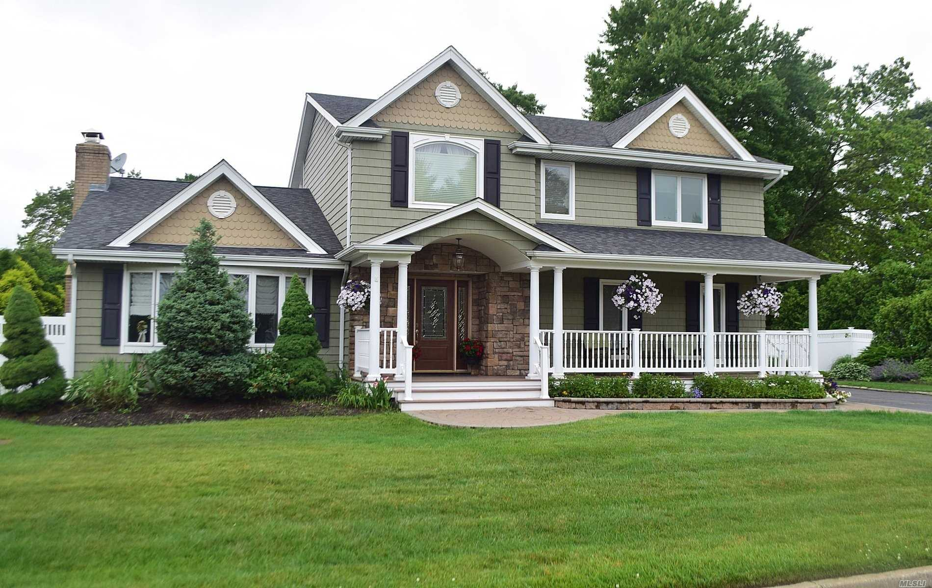 Residential For Sale in 3 Gerald Dr, Holbrook, NY ,11741