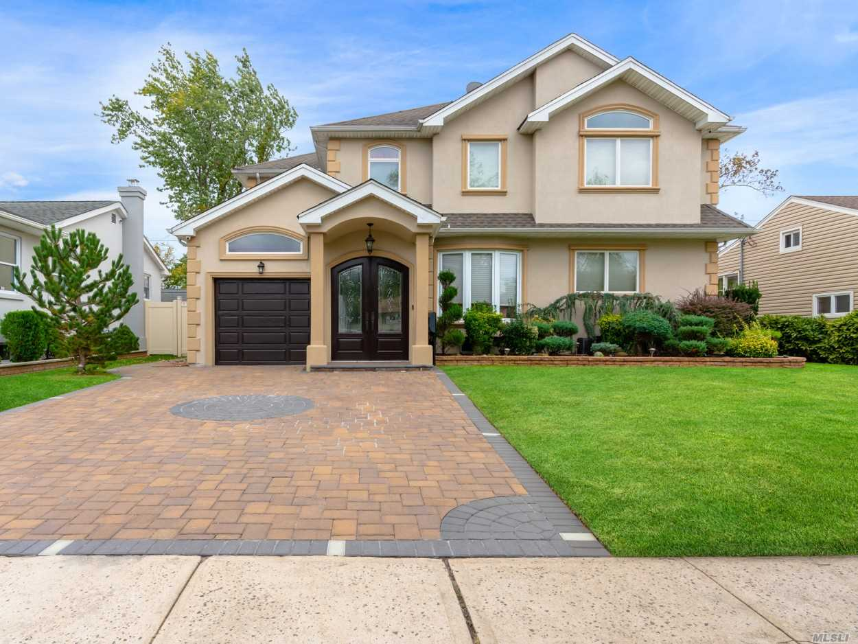 Residential For Sale in 87 Lotus N Oval, Valley Stream, NY ,11581