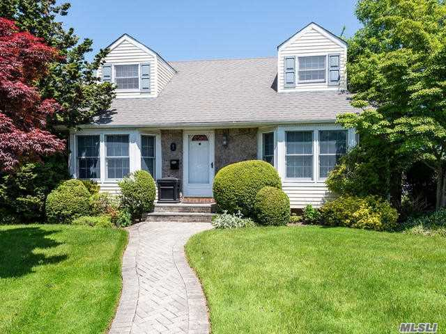 Residential For Sale in 1 Southview Ct, Carle Place, NY ,11514