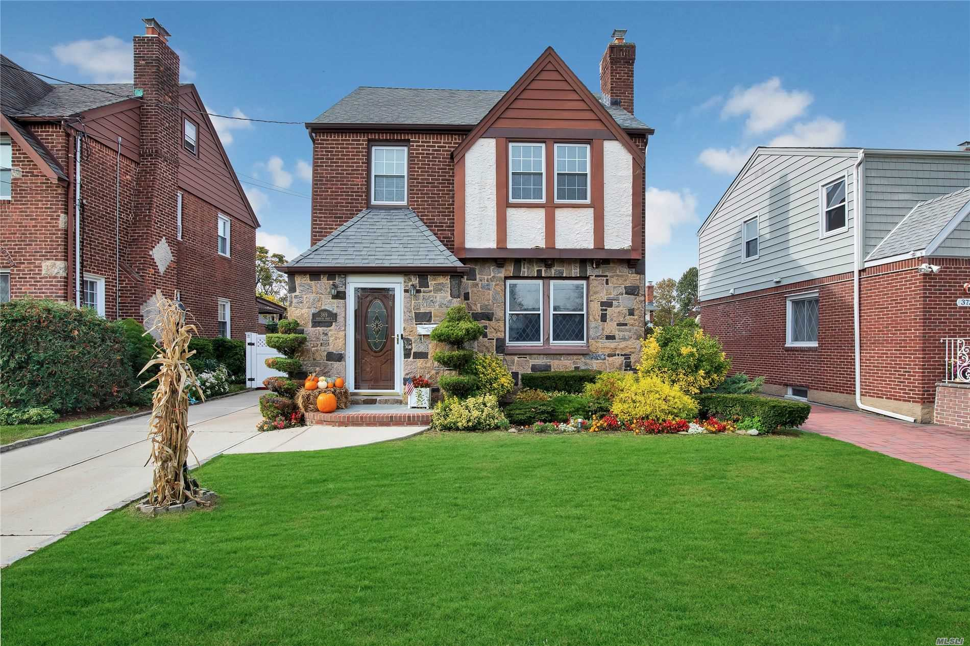 Residential For Sale in 369 Roxbury Rd, Garden City S., NY ,11530