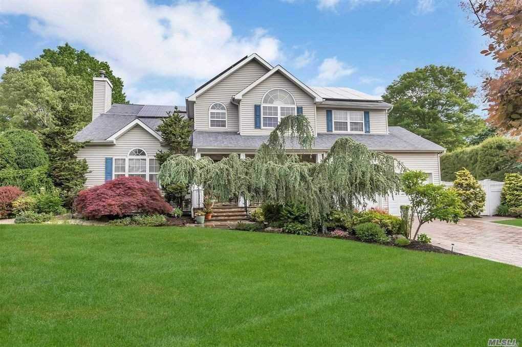 Residential For Sale in 6 Ursula Ct, Hauppauge, NY ,11749