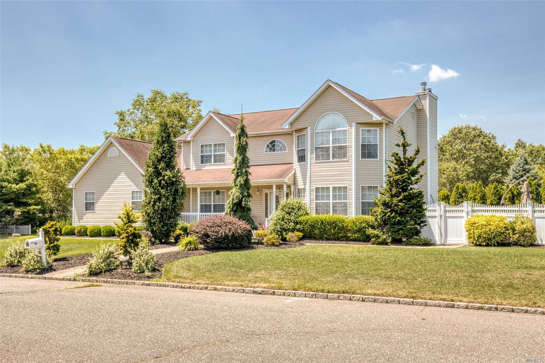 Residential For Sale in 2 Vermont Ave, Pt.Jefferson Sta, NY ,11776