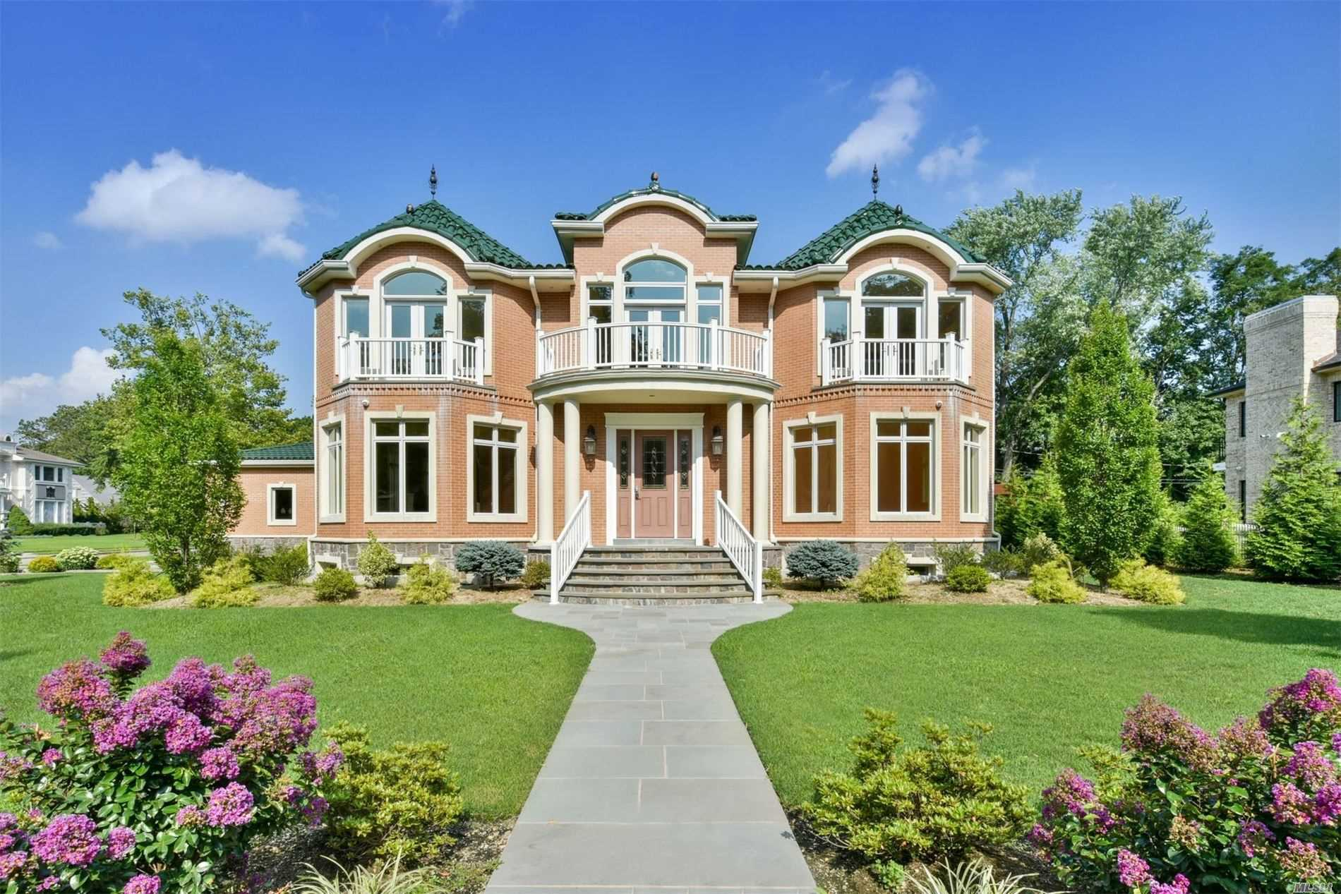 Residential For Sale in 2 Arbor Ln, Roslyn Heights, NY ,11577