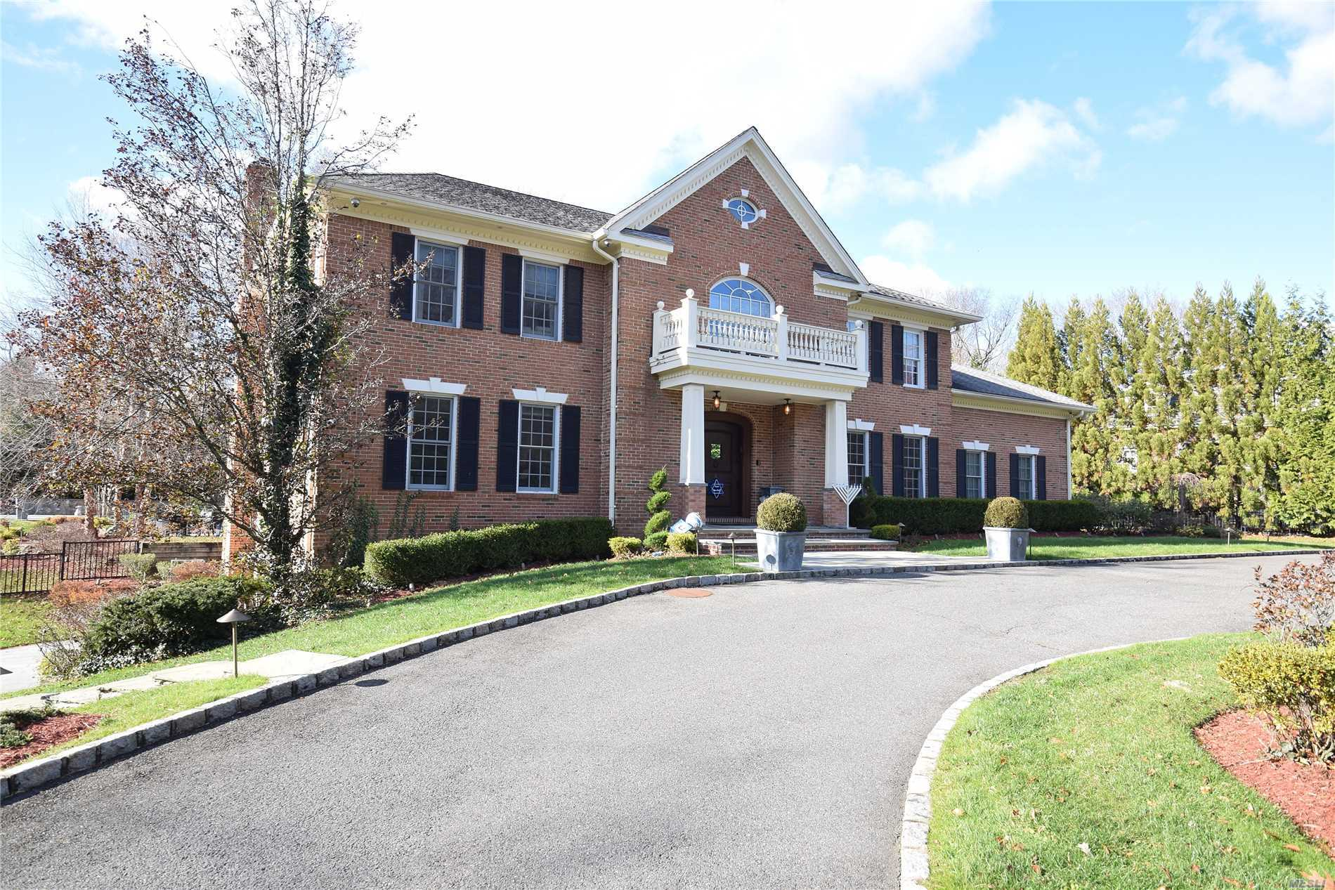 Residential For Sale in 9 Stream Ct, Great Neck, NY ,11023