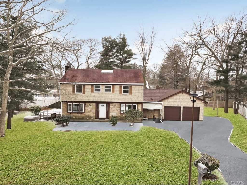 Residential For Sale in 4 Wynville Ct, Coram, NY ,11727