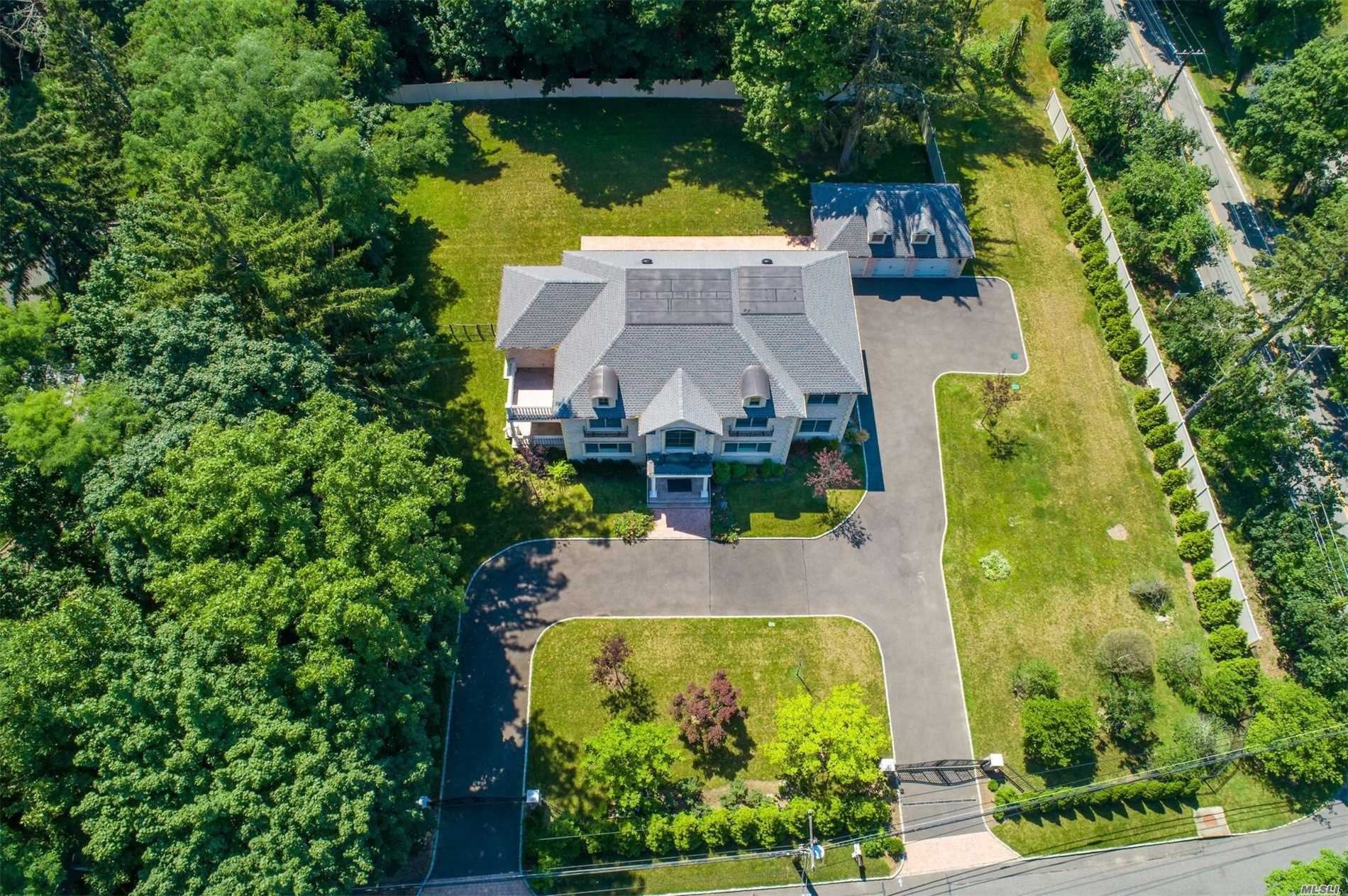 Residential For Sale in 595 Motts Cove Rd, Roslyn, NY ,11576