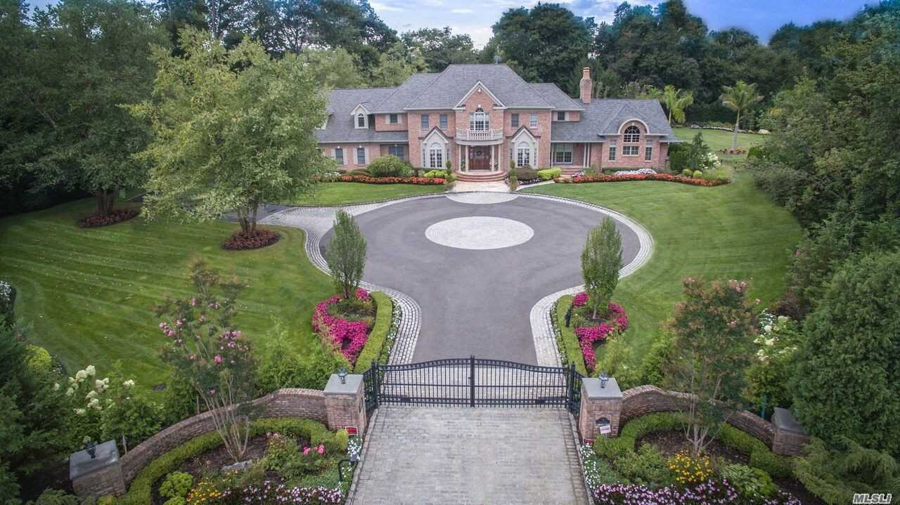 Residential For Sale in 8 Clover Ct, Muttontown, NY ,11732